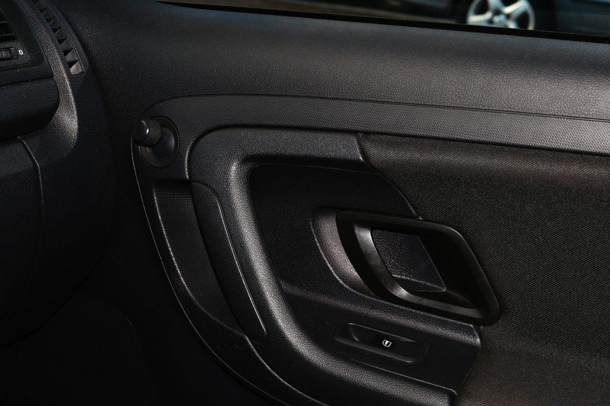 Portiera della macchina bloccato in posizione di blocco: come aprire la macchina e riparare la serratura